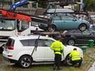 Odtahová služba spolu s městskou policií odtahovala auta z náplavky u Vltavy