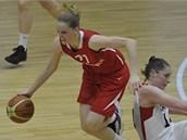 �eská basketbalistka Alena Hanu�ová (v �erveném) b�hem utkání s Kanadou.