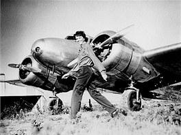 Amelia Earhartov� se sv�m letounem Lockheed Electra 10E