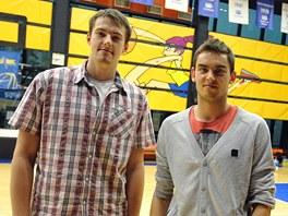 Ond�ej Balv�n (vlevo) a Tom� Satoransk� p�zuj� v hale na Folimance po n�vratu