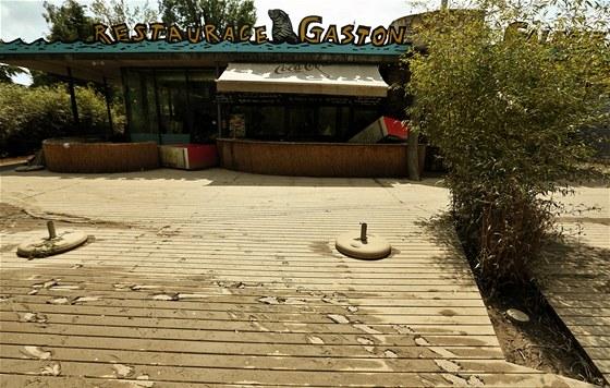 Terasa restaurace Gaston poté, co se přes ni přehnala Vltava. (7. června 2013)