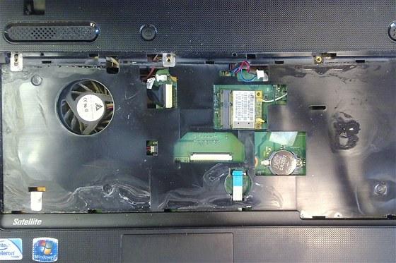 Stopy zaschlé tekutiny pod klávesnicí. Největší škody napáchají kapaliny s