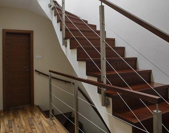 Betonové schodiště: dřevěný obklad, nerezové zábradlí