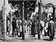 P��slu�n�ci hnut� Mau Mau za ostnat�m dr�tem pot�, co je chytili voj�ci britsk�...