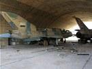 Asadovy stíhačky v hangáru nedaleko města Kusajr (2. června 2013)