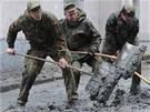 S úklidem v Pasově pomáhají i němečtí vojáci (4. června 2013)