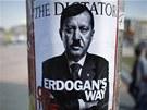 Erdogan je diktátor. Protivládní plakát v Istanbulu (5. června 2013)