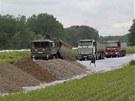Navážení provizorních hrází nedaleko rakouského města Theiss (4. června 2013)