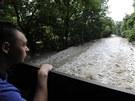 Kyvadlovou dopravu v zatopeném Devíně zajišťují vojenské tatrovky (6. června