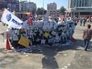 Náměstí Taksim. Převrácený automobil ověšený revolučními přáníčky (7. června