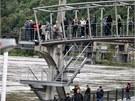 Pohled na rozvodněné Labe přilákal mnoho zvědavců.