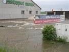 U Terezína povolila provizorní hráz z hlíny a voda zaplavila část Nových