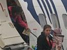 Cestující vystupují z letadla společnosti Ryanair po přistání na ostravském