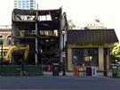 Na tomto snímku z 5. června 2013 je budova určená k demolici ještě nekolik