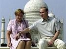 Vladimir a Ljudmila Putinovi na archivním snímku z roku 2000 před mauzoleem Tádž Mahál v Ágře v Indii.