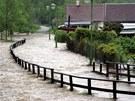 Řeka Svatava se rozlévá do zahrad a na stezku u železniční stanice, v obci