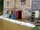 Hasiči čerpají vodu ze sklepů v obci Kraslice-Oloví.