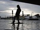 Žena v zatopené ulici pod mostem v Drážďanech (3. června 2013).