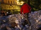Lidé staví povodňovou stěnu nedaleko historického centra Drážďan (3. června...