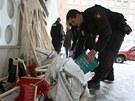 Městská policie vykládá materiální pomoc před ústeckým magistrátem (6. června