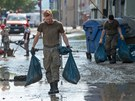 V Magdeburgu pomáhají v zatopených oblastech také vojáci (9. června 2013)