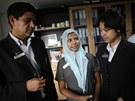 Devatenáctiletá Rešma Begumová si domlouvá s manažery hotelu svou novou práci.