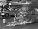 Snímek vietnamského mnicha Thich Quang Duca, který se v roce 1963 upálil na