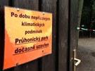 Žena neuposlechal zákaz a šla do průhonického parku venčit psa. Zabil ji