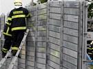 Hasiči stavějí v Radotíně protipovodňové zábrany. Z břehů se zde rozlévá