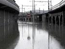 Voda zaplavila silnici pod obchodn�m centrem Forum v centru �st� nad Labem.