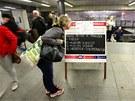 Žena si čte informace o změnách v pražském metru ve stanici Muzeum. (3. června