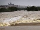 Na rozvodněné Vltavě v Praze téměř nejsou vidět jednotlivé jezy. (3. června