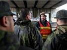 Dobrovoln� hasi�i z Kunratic a voj�ci ze �atce chystali protipovod�ov� z�brany