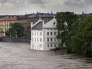 Zaplavené pražské Museum Kampa (vpravo). (3. června 2013)