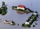 Zaplavený rozpadající se statek u Kralup nad Vltavou. (4. června 2013)
