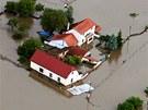 Zaplavené domy v Zálezlicích na Mělnicku. (4. června 2013)