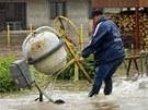 V Hoříně u Mělníka přetekla protipovodňová hráz, voda v obci rychle stoupá. (4.