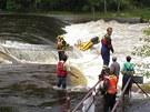 Záchranáři se snaží vyprostit raft, na kterém se pět vodáků převrhlo na