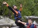 Záchranář háže speciální pytlík s kotvičkou, kterým se snaží zachytit raft,