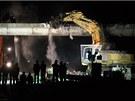 Bagr�m se poda�ilo rozp�lit most p�es d�lnici D1 u Smr�n� okolo jedn� hodiny v
