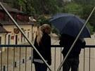 Lidé pozorují, jak rozlitá řeka Lužnice zasáhla hostinec v Bechyni na Táborsku.