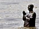 Socha se sepjat�ma rukama u Musea Kampa v Praze vystihuje situaci. Muzeum je