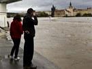 Lid� sleduj� stoupaj�c� Vltavu u Musea Kampa v Praze. Muzeum je kv�li povod�ov�
