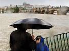 Velká voda se valí na Karlův Most v Praze (2. června 2013)
