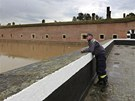 Hasiči v Terezíně připravují pytle s pískem a hlídají velkou vodu.