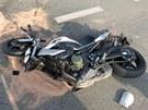 V obci Lupenice narazil motorkář do auta, které mu nedalo přednost. Muž na