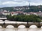 Pohled na rozvodněnou Vltavu z pražské Letné.