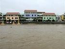 Rozvodn�n� Otava v P�sku. Hasi�i za pomoci techniky museli vytahovat kmeny