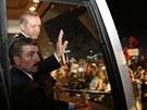 Turecký premiér Recep Tayyip Erdogan zdraví své příznivce na istanbulském