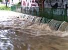 Jindy malá říčka, teď se pražský Botič proměnil v obří masu vody.
